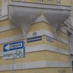 Bei der Döblinger Hauptstrasse ist die Freude dann gleich wieder zu Ende .. über Schienenstrasse zum Skywalk. (CC) Markus Straub