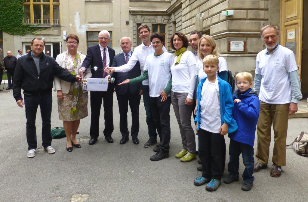 Unterschriften für sichere Radinfrastruktur in Döbling - Übergabe im Bezirksamt