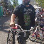 Erfolgreiche Vermittlung - glücklicher neuer Radbesitzer am Radflohmarkt Obkirchergasse (CC) Radeln in Döbling