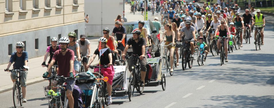 250 demonstrieren für den Radweg Kr...
